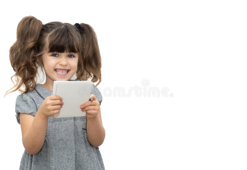 Kind mit Stift- und Papierbuch auf leerer Fahne, auf der Sie jeden möglichen Text schreiben können lizenzfreie stockfotografie