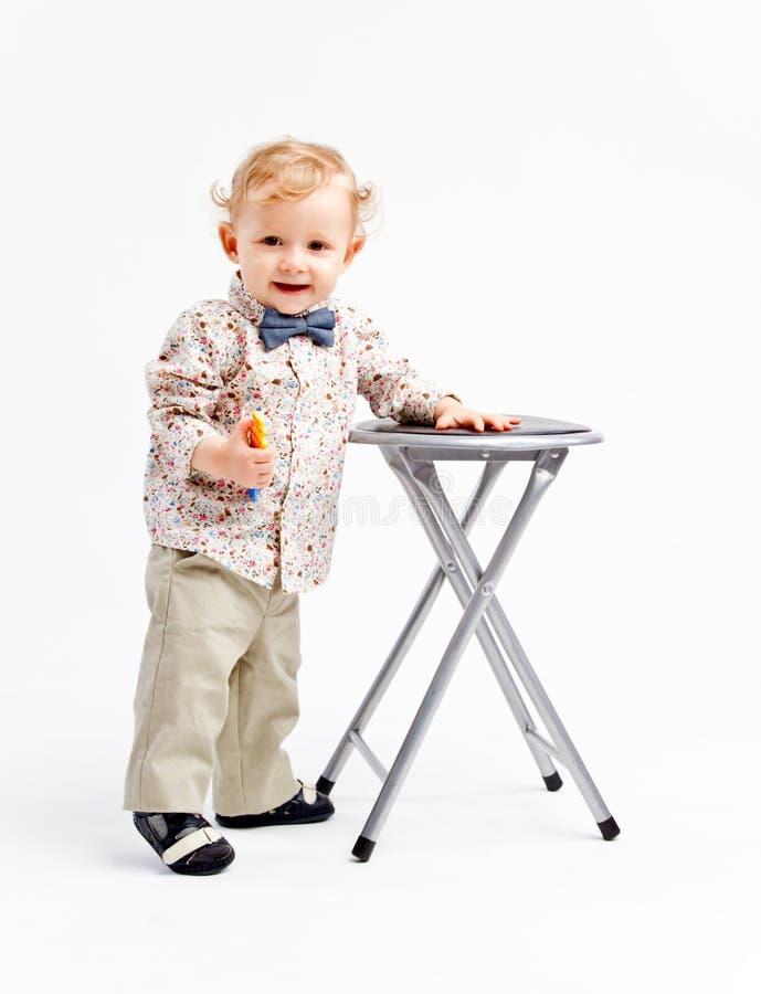 Kind mit Stuhl lizenzfreies stockfoto
