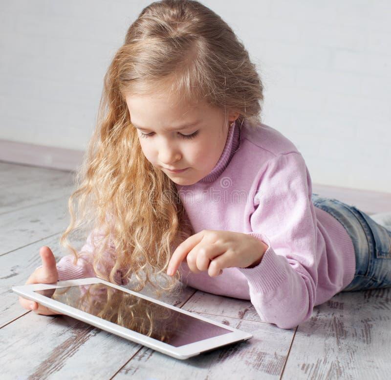 Kind mit Tabletten-PC stockfotos
