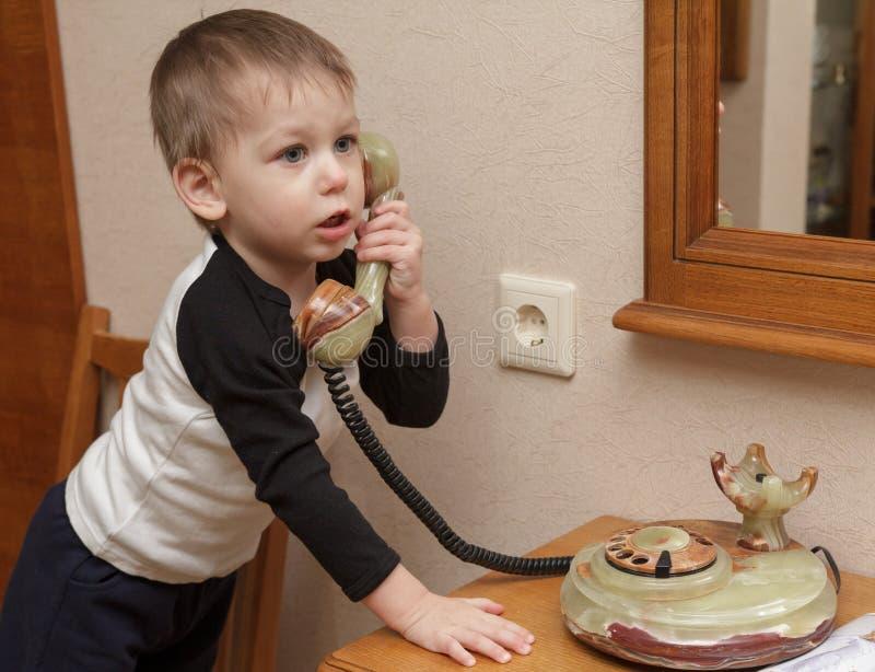 Kind mit Telefon lizenzfreies stockfoto