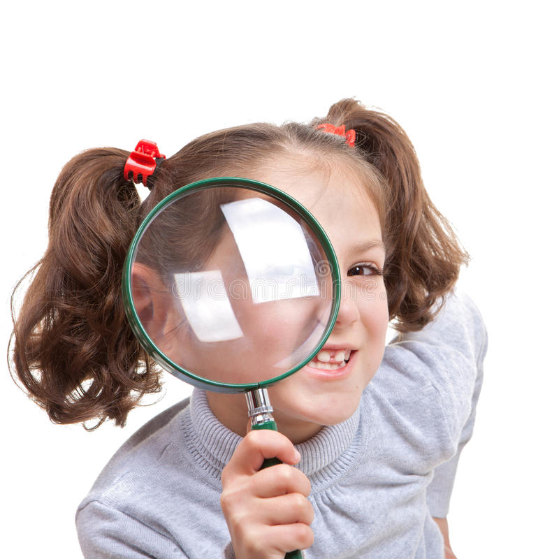 Kind mit Vergrößerungsspionsglas stockbild
