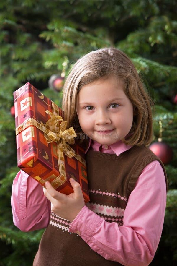 Kind mit Weihnachtsgeschenk stockfoto