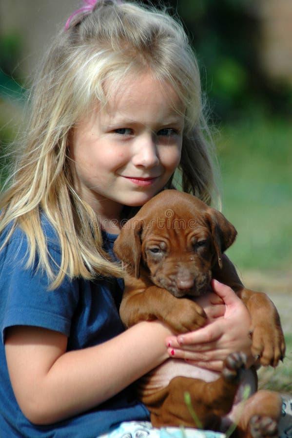 Kind mit Welpenhaustier stockfotografie