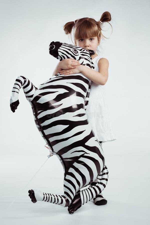 Kind mit Zebra stockbild