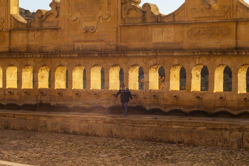 Kind naast de Granfonte-fontein, Leonforte royalty-vrije stock afbeeldingen