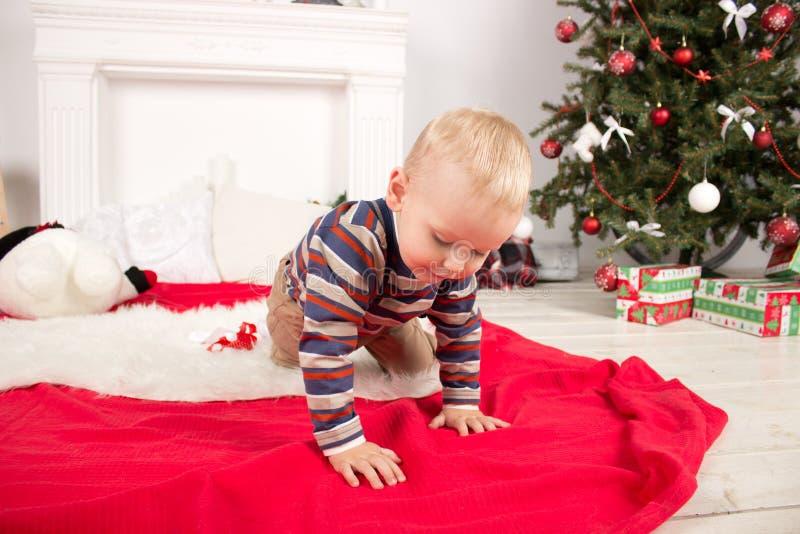Kind nahe Weihnachtsbaum lizenzfreies stockfoto