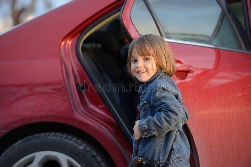 Kind ongeveer in auto te krijgen stock fotografie