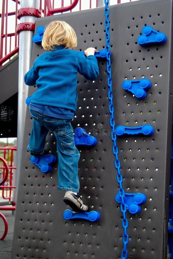 Kind op bergbeklimmingsmuur royalty-vrije stock fotografie