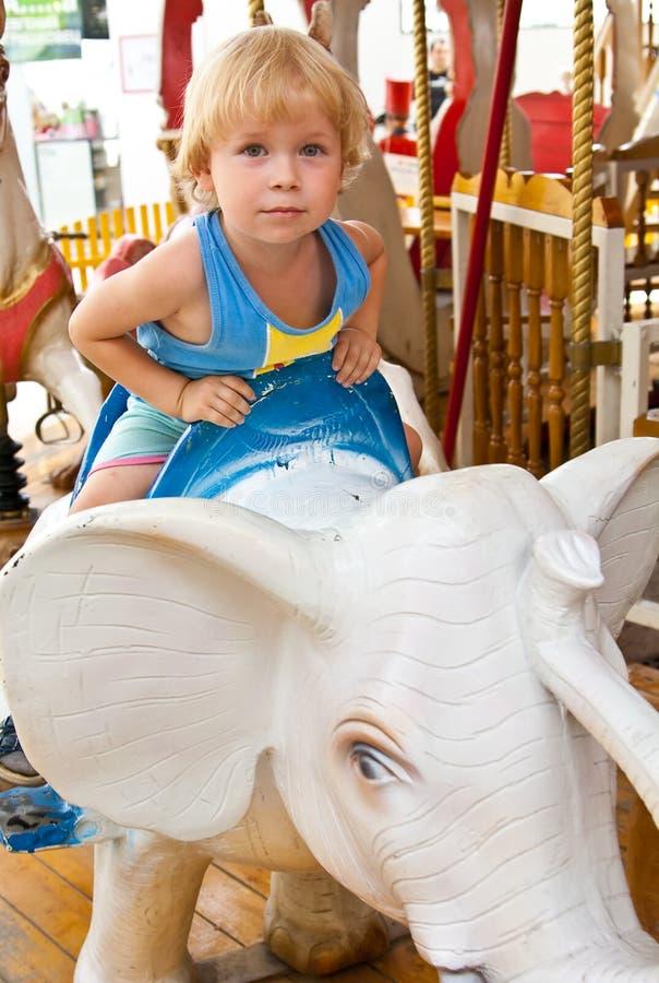 Kind op carrousel royalty-vrije stock afbeelding