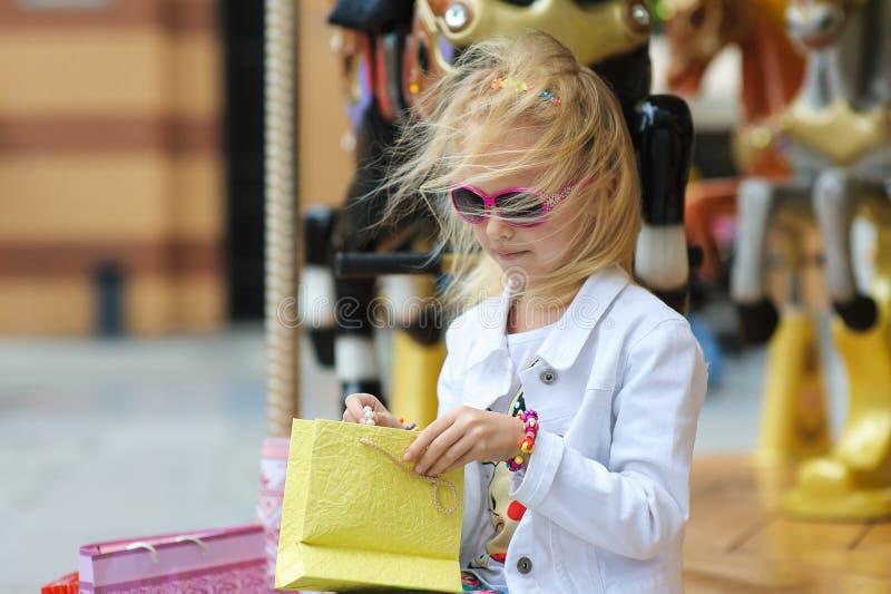 Kind op Carrousel met volledige het winkelen zakken royalty-vrije stock foto's
