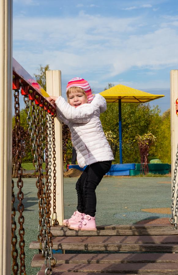 Kind op de speelplaats stock afbeeldingen