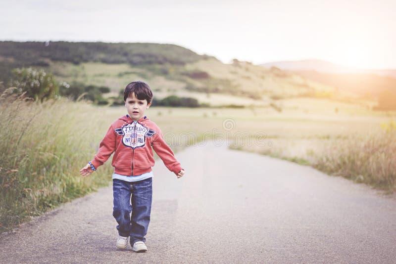 Kind op de weg royalty-vrije stock afbeeldingen