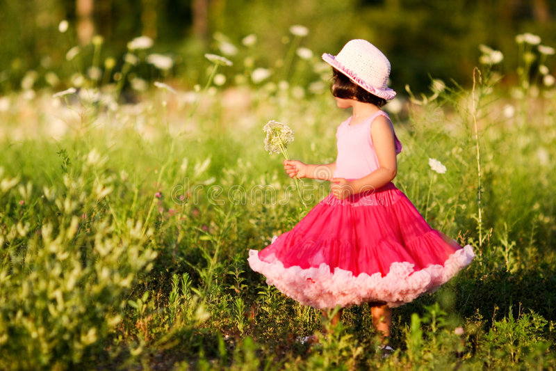Kind op een bloemgebied stock fotografie