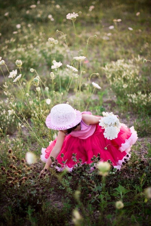 Kind op een bloemgebied royalty-vrije stock foto's