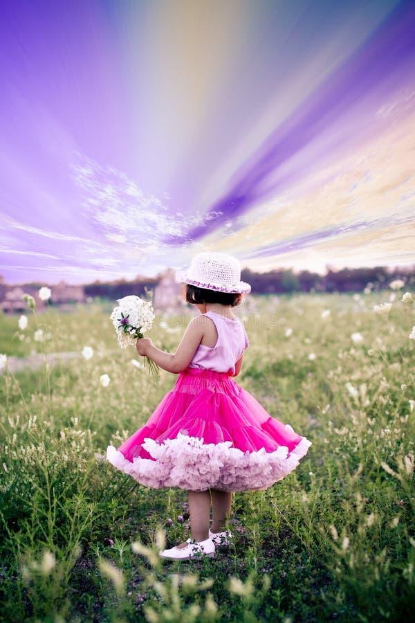 Kind op een bloemgebied royalty-vrije stock afbeelding