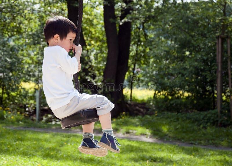 Kind op een schommeling royalty-vrije stock afbeeldingen
