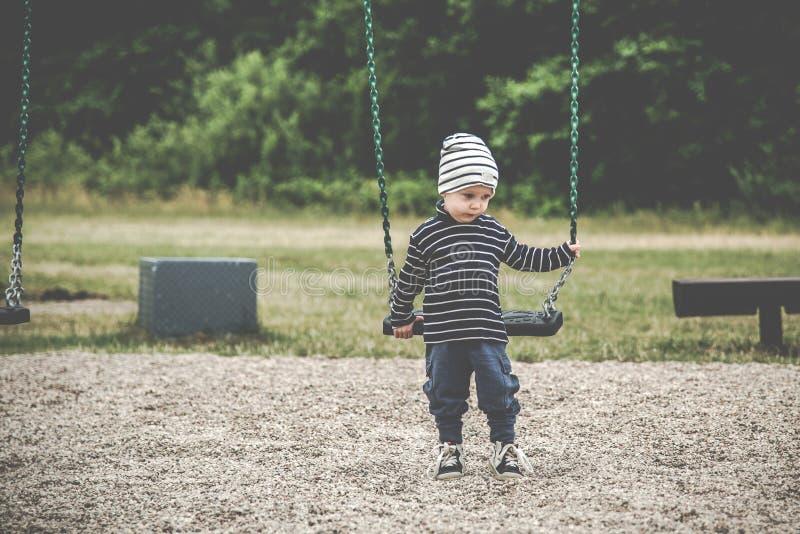 Kind op een schommeling stock afbeelding