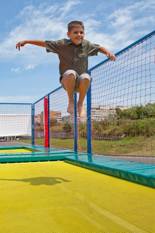 Kind op een trampoline stock foto