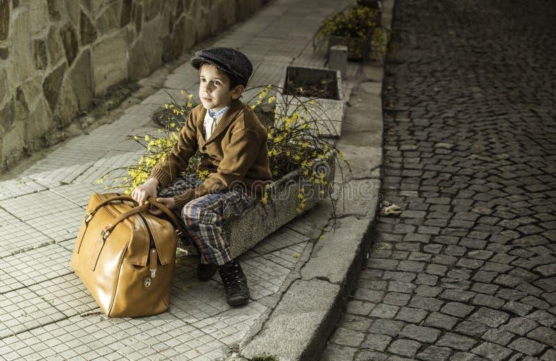 Kind op een weg met uitstekende zak royalty-vrije stock foto