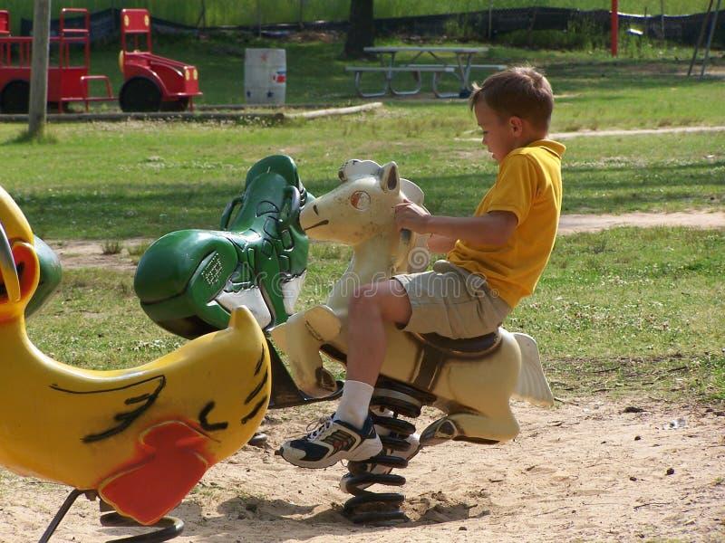 Kind op het Paard van de Lente stock afbeeldingen