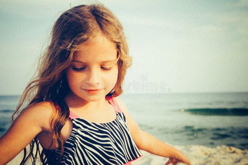 Kind op het strand stock afbeeldingen