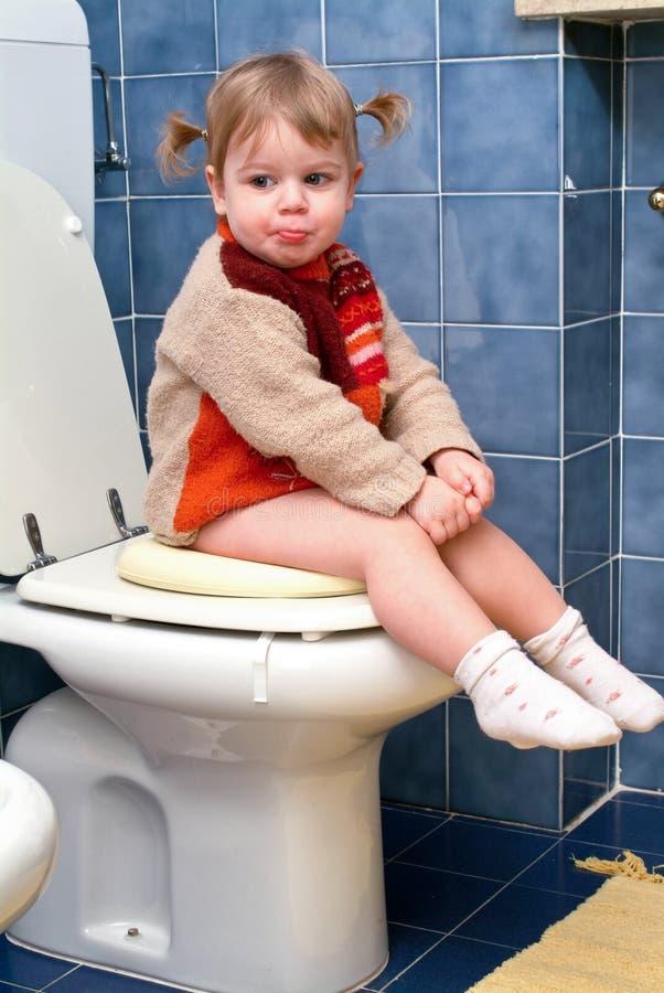 Kind op het toilet royalty-vrije stock afbeeldingen