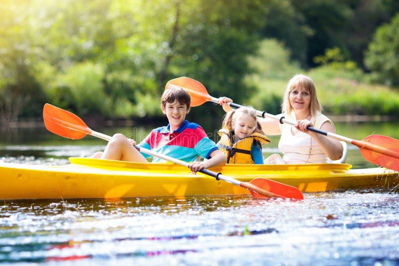 Kind op kajak Jonge geitjes op kano De zomer het kamperen royalty-vrije stock afbeelding