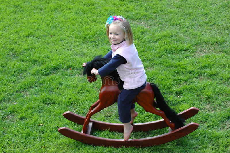 Kind op schommelen-paard royalty-vrije stock fotografie