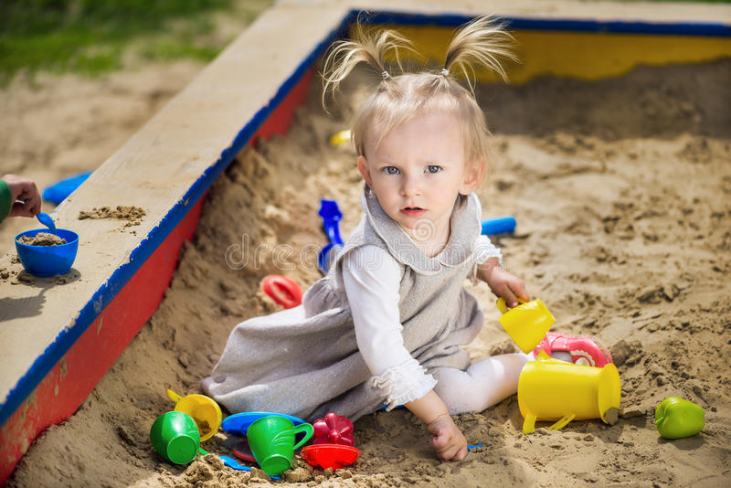 Kind op speelplaats in de zomerpark royalty-vrije stock foto