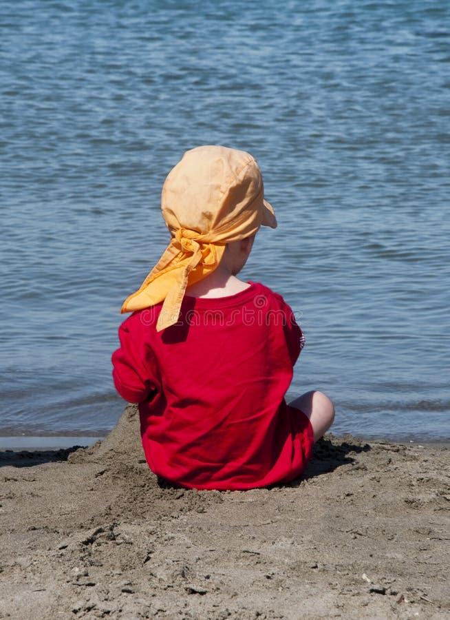 Kind op strand stock foto