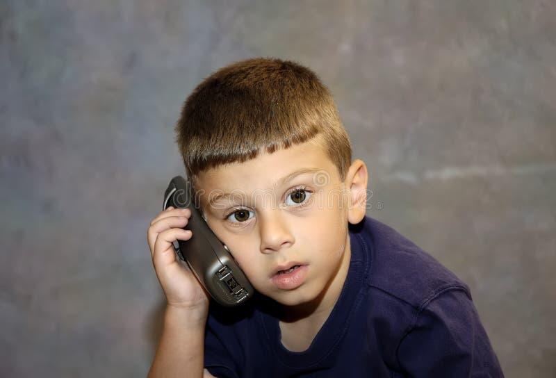 Kind Op Telefoon Stock Afbeeldingen