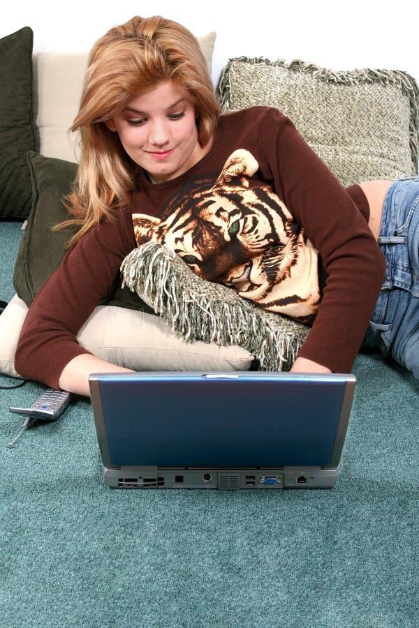 Kind Op Vloer Met Laptop Stock Foto