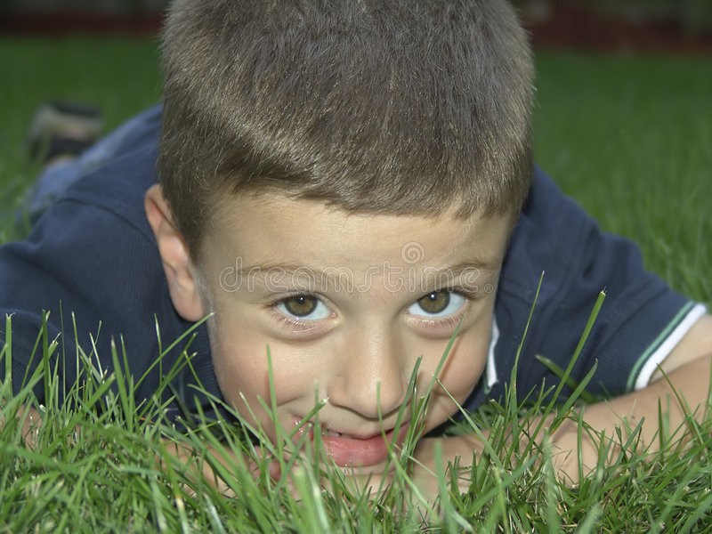 Kind in openlucht royalty-vrije stock afbeeldingen