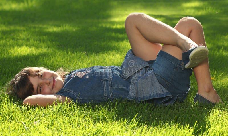 Kind in openlucht in het Gras stock fotografie