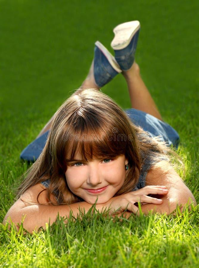 Kind in openlucht in het Gras stock foto's