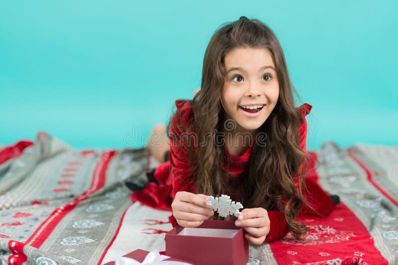 Kind opgewekte uitpakkende gift Kleine leuke meisje ontvangen vakantiegift Wat binnen is Kerstmis magisch concept aandeel royalty-vrije stock afbeelding