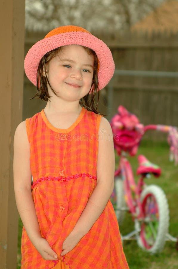 Kind-Orange und rosafarbener Hut stockbilder