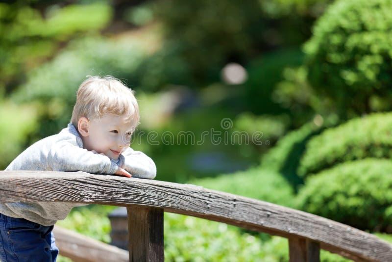 Kind am Park lizenzfreie stockfotos