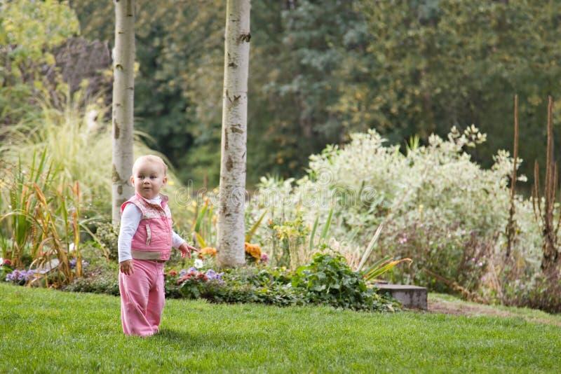 Kind am Park lizenzfreie stockfotografie