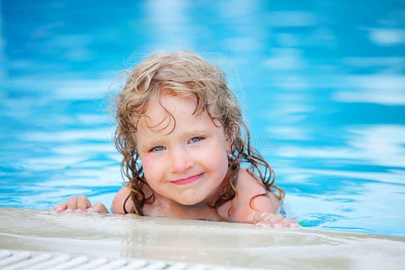 Kind in pool stock afbeeldingen