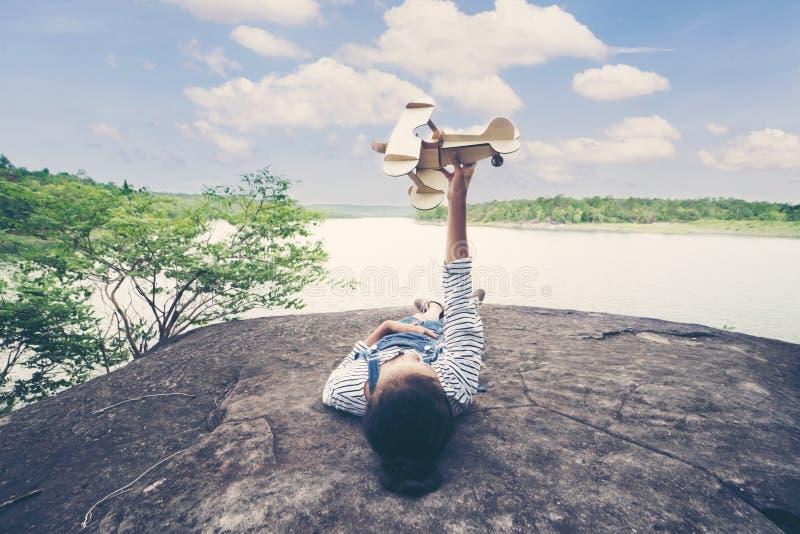 Kind proef met vliegtuigstuk speelgoed royalty-vrije stock foto