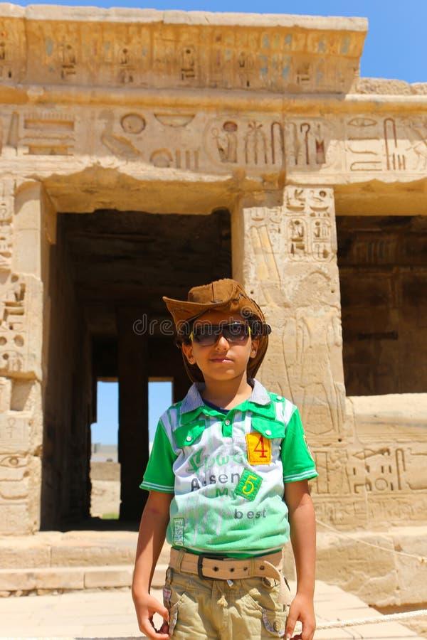 Kind an Ramesseum-Tempel in Luxor - Ägypten lizenzfreie stockbilder