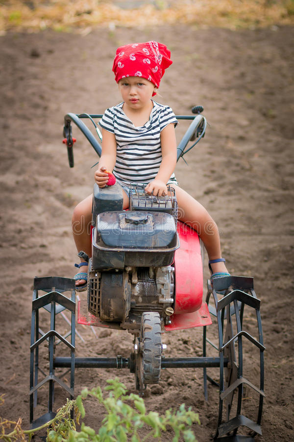 Kind in rood bandana en streept-stuk stock afbeelding
