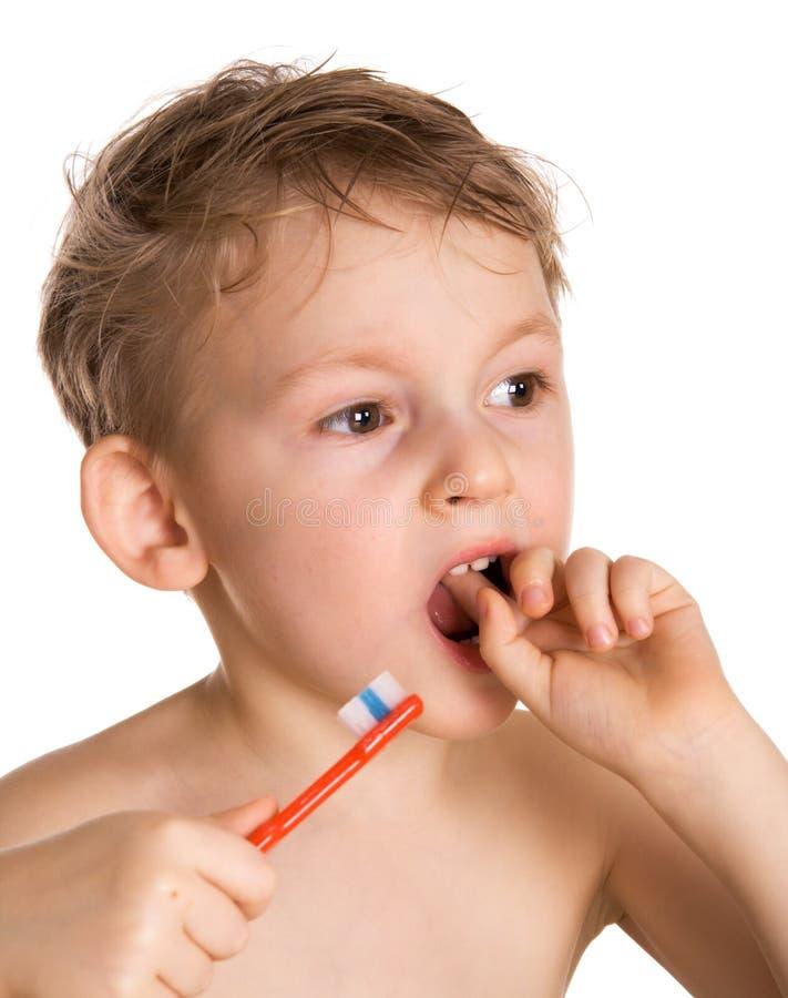 Kind säubert Zähne lizenzfreie stockfotos