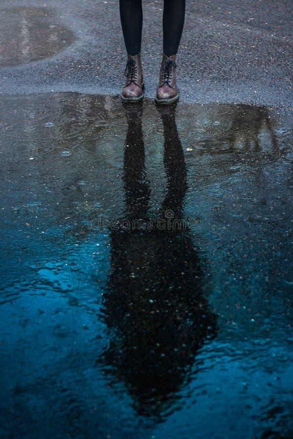 Kind-` s Füße nahe einem blauen Wasser machen matschig stockbild