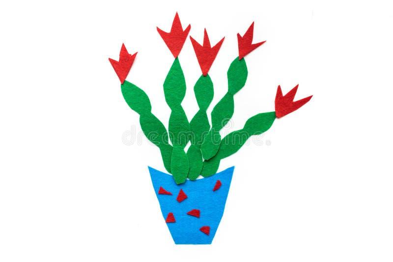 Kind-` s Filzhandwerk Grüner Kaktus mit roten Blumen in blauem PO stockfotografie