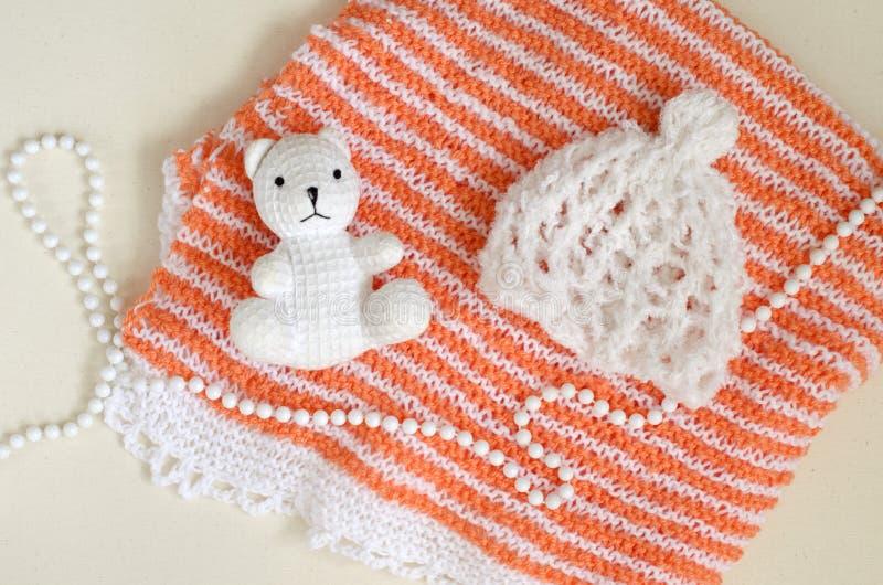 Kind-` s gehakter Hut handgemacht Zubehör und Details für die neugeborene Fotoaufnahme Nette Biobaumwolle des weißen Bären als De lizenzfreie stockfotografie
