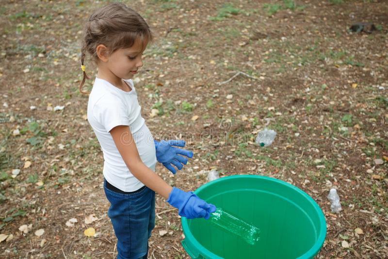 16 Kind Mit Mülleimer Fotos Kostenlose und Royalty Free