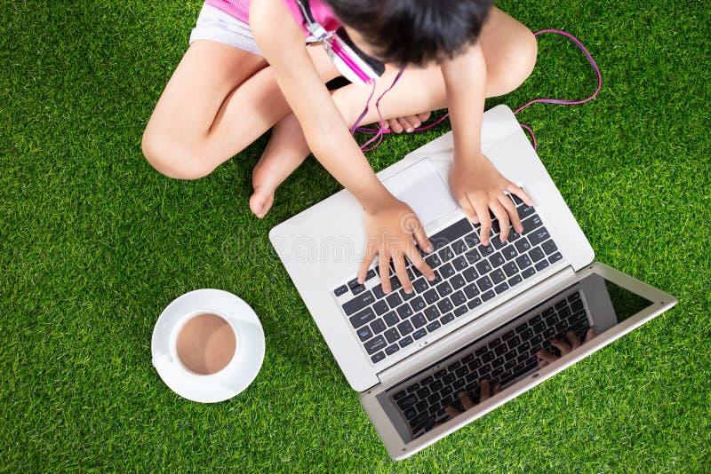Kind-` s Hände, die mit Laptop spielen lizenzfreie stockfotografie