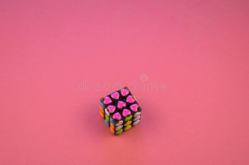 Kind-` s Hände lösen den Puzzlespiel rubik ` s Würfel lizenzfreie stockbilder